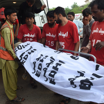 Image: Pakistani volunteers shift the dead body of convicted murderer Shafqat Hussain