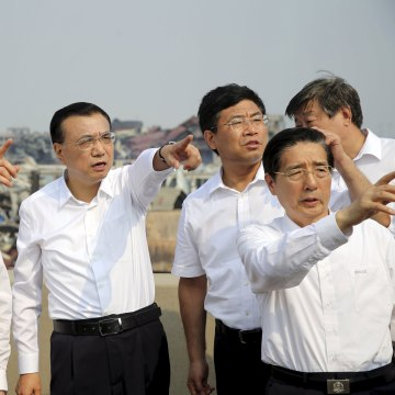 Image: China's Premier Li Keqiang gestures as he visits the site of the explosions at Binhai new district, Tianjin