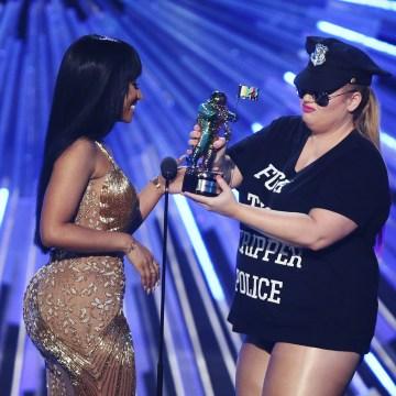 Image: Rebel Wilson presents the award for hip-hop video of the year to Nicki Minaj
