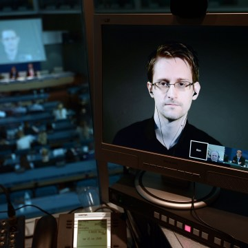 Snowden Rejects FBI's Claim That Only Apple Can Unlock iPhone
