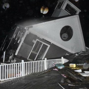 Image: A house collapses into the bay in Wildwood, New Jersey