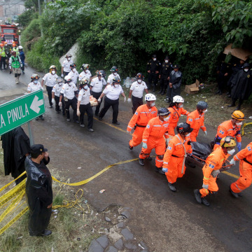 Image: Rescue workers carry mudslide victims in Guatemala