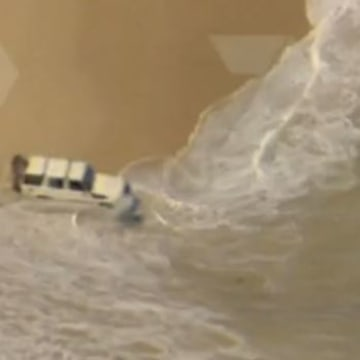 Image: Suspected car thief tries to evade police by driving into water
