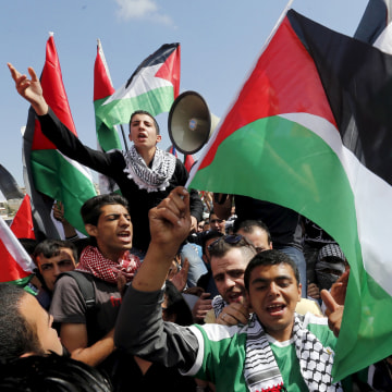 Image: Protesters wave Palestinian and Jordanian flags