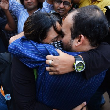 Image: An Indian couple kiss each other during a rally