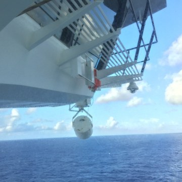 Image: Search for a mna who jumped from cruise ship