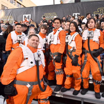 """Image: Fans wait for world premiere of """"Star Wars: The Force Awakens"""""""