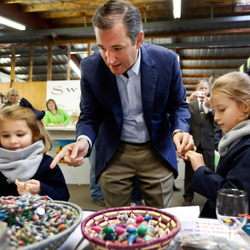 Image: Sen. Ted Cruz shops for jewelry with his daughters