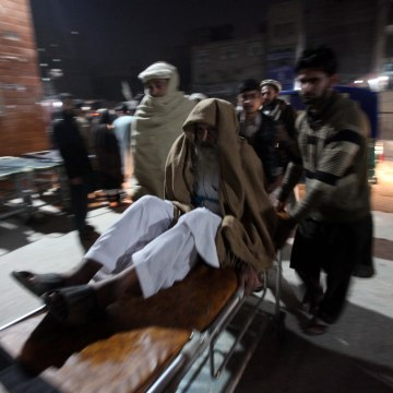Image: Earthquake victims brought to hospital in Peshawar