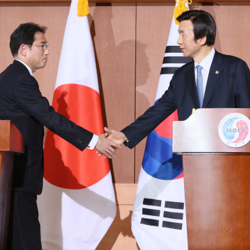 Image:Japanese Foreign Minister Fumio Kishida (L), and South Koren counterpart Yun Byung-Se