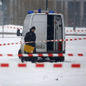 Image: Police remove suspicious postal crate in Berlin