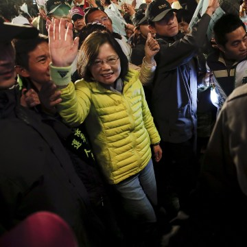 Image: Taiwan's Democratic Progressive Party (DPP) Chairperson and presidential candidate Tsai Ing-wen waves to supporters as she arrives at a campaign rally in Wuchi district, Taichung city in central Taiwan