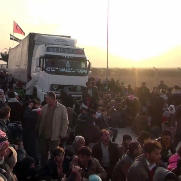 Image: Syrians flee from the northern embattled city of Aleppo
