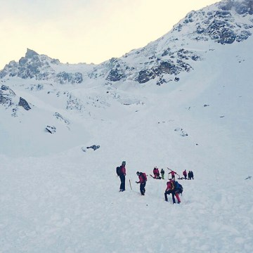 Image: Rescue teams arrive to search for a group of people buried by an avalanche