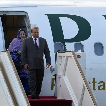 Image: Nawaz Sharif and wife Kalsoom Nawaz Sharif arrive in Sri Lanka on Jan. 4, 2016