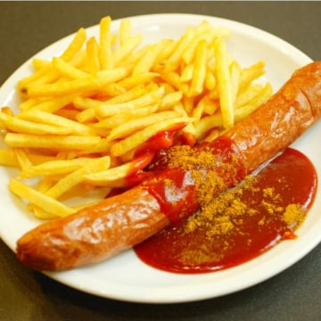 Image: An original Volkswagen Currywurst with fries.