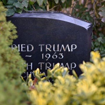 Image: A gravestone with the inscription of the Trump family name