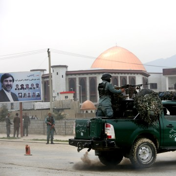 Image: Afghan police officers outside parliament