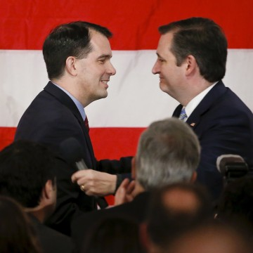 Image: Wisconsin Governor Scott Walker, left, greets candidate Ted Cruz