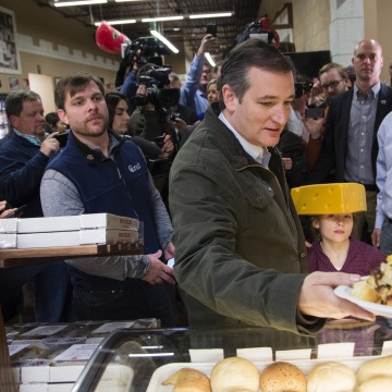 Image: Republican Presidential Candidate Senator Ted Cruz (R-TX) makes a campaign stop at the Mars Cheese Castle