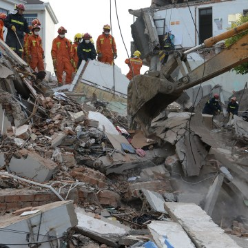 Image: A three-floor building collapses in Shanghai