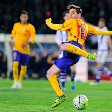 Barcelona's Argentinian forward Lionel Messi tries to control the ball