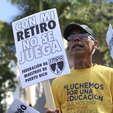Image: Members of the Committee of retired Teachers of Puerto Rico's Teachers Federation protest  in San Juan