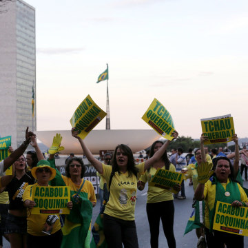 Image: Brazilans demonstrate in favor of the impeachment of President Dilma Rousseff