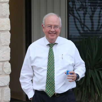 Image: Baylor President Ken Starr leaves a terminal at a Waco airport
