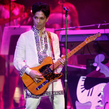 Image: Prince performs