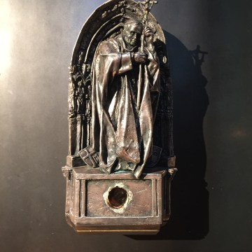 Image: Picture of the statue with the glass with a hole smashed by the thieves