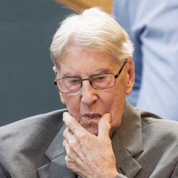 Image: Defendant Hanning, a 94-year-old former guard at Auschwitz death camp, sits in a courtroom before his verdict in Detmold