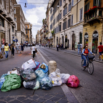 Image: Uncollected trash sits on Via del Corso