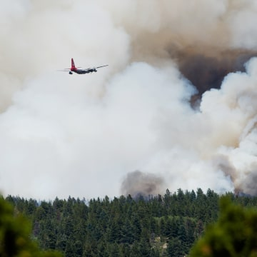 Image: A plane approaches the Cold Springs fire