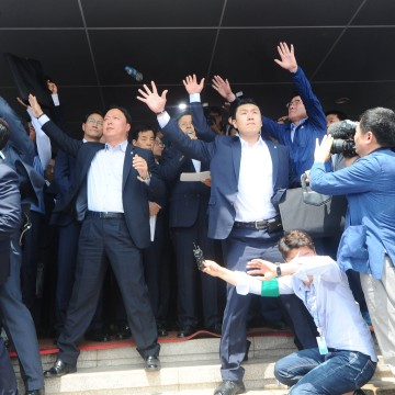 Image: Security personnels try to protect South Korean Prime Minister Hwang Kyo-ahn from bottle and eggs thrown by angry residents in Seongju where a U.S. THAAD anti-missile defense unit will be deployed