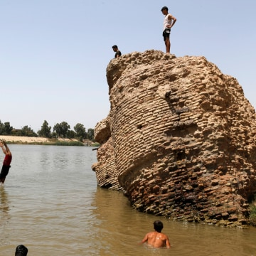 Image: Iraqis dive into the Tigris