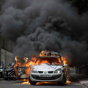 Image: Burning police car in Paris on May 18, 2016
