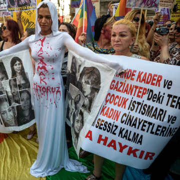 TOPSHOT-TURKEY-GAY-LGBT-DEMO