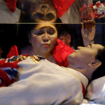 Image: Former first lady Imelda Marcos kisses the glass coffin of her husband in Batac