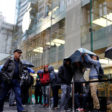 Image: Apple customers in line in Australia