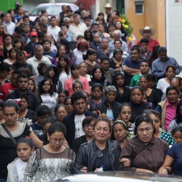 Image: Friends and relatives of slain Mexican journalist Aurelio Campos Contreras walk toward the cemetery for his burial