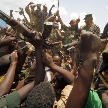 Image: Sudanese President Omar al-Bashir waves to military soldiers in Heglig