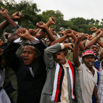 Image: Demonstrators chant slogans in Bishoftu, Ethiopia
