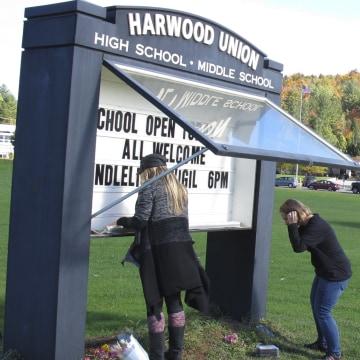 Image: Memorial to five teens killed in Vermont crash