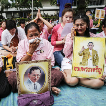 Image: Thais weep for king