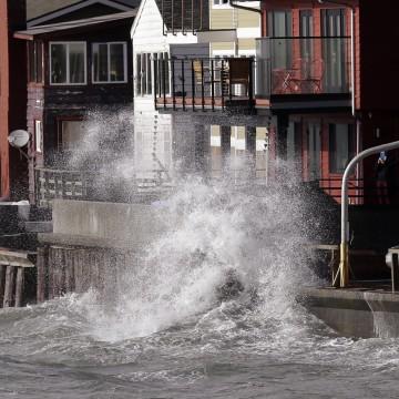 Image:Waves batter a seawall
