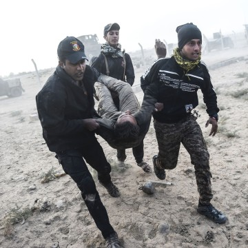 Image: Iraqi Counter Terrorism Section members carry an injured comrade