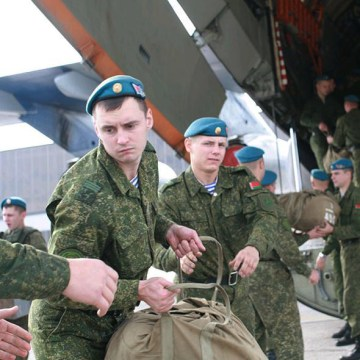 Image: Russian and Belarusian servicemen arrive in Serbia
