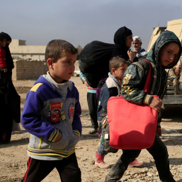 Image: People flee fighting between ISIS and the Iraqi army