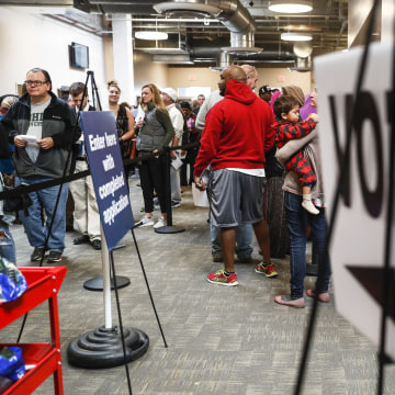Image: A line of early voters wait in Columbus, Ohio